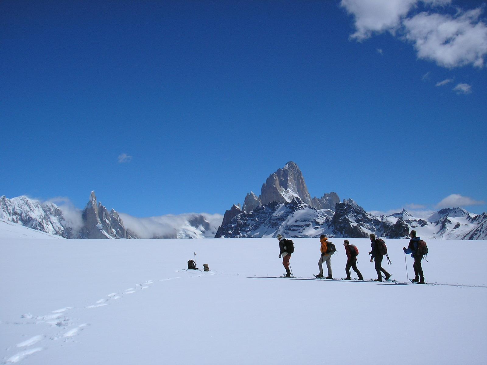 mensen op sneeuwvlakte