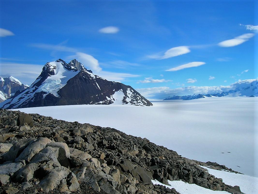 sneeuw vlakte met steen